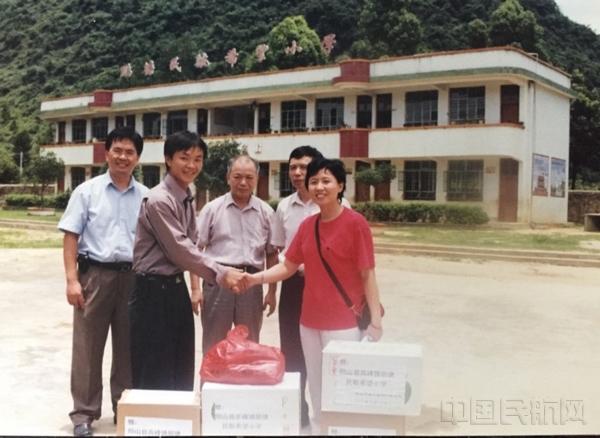 4、中南空管局气象中心在鹏塘民航希望小学落成仪式上捐赠学习用品·摄于1997年9月.jpg