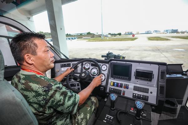 7月22日,三亚机场消防员路树良登上消防车进行检查,安全面前无小事,路树良深刻的明白这一点,不敢有一丝一毫的松懈。.jpg
