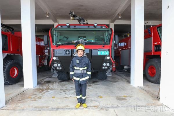 在每次的消防演练中,路树良并没有因为自己年纪较大而训练松懈..jpg