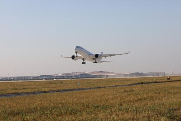 东航A350-900客机从北京大兴国际机场首航起飞.jpg