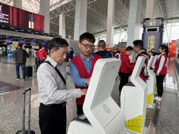 nEO_IMG_春运首日东航员工在白云机场指导旅客办理自助值机-东航供图.jpg