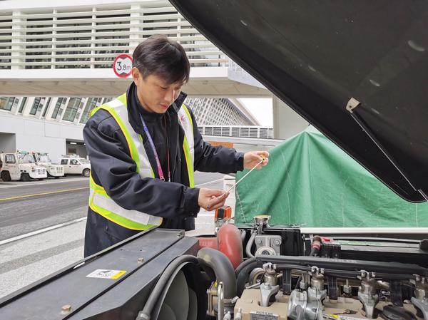 nEO_IMG_工作人员检查地服生产车辆-东航供图.jpg