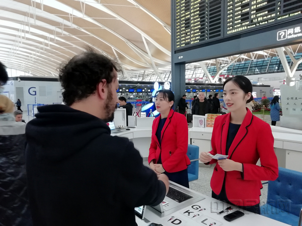 nEO_IMG_浦东机场工作人员为旅客提供问讯服务-钱擘摄.jpg