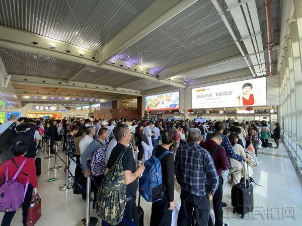 配图:三亚机场候机楼内繁忙景象.jpg
