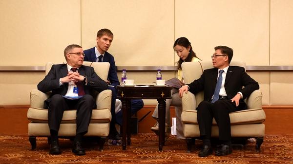 王志清会见俄罗斯联邦航空署副署长米哈伊·布拉诺夫。 张哈斯巴根摄.jpg